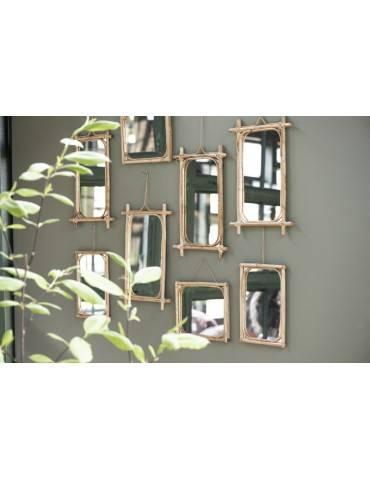 Mange Ib Laursen spejle ophængt på væg