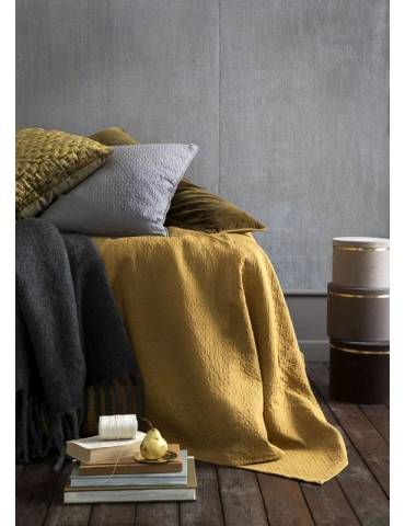 Cozy Living velour pude med broderet mønster mustard på seng