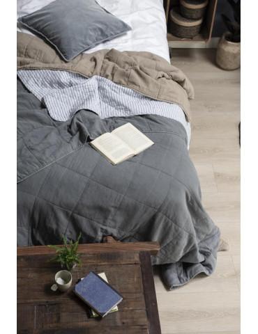 Ib Laursen sengetæppe enkelt hvid og støvblå miljø